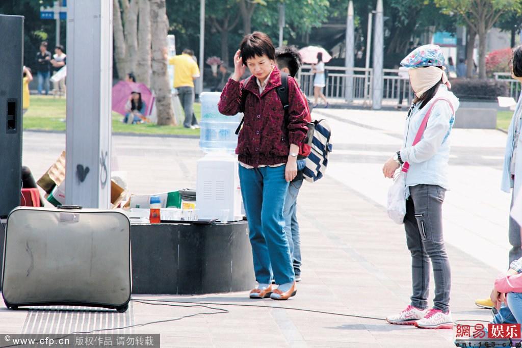 赵薇村姑扮相曝光 素颜短发穿红袄沧桑憔悴