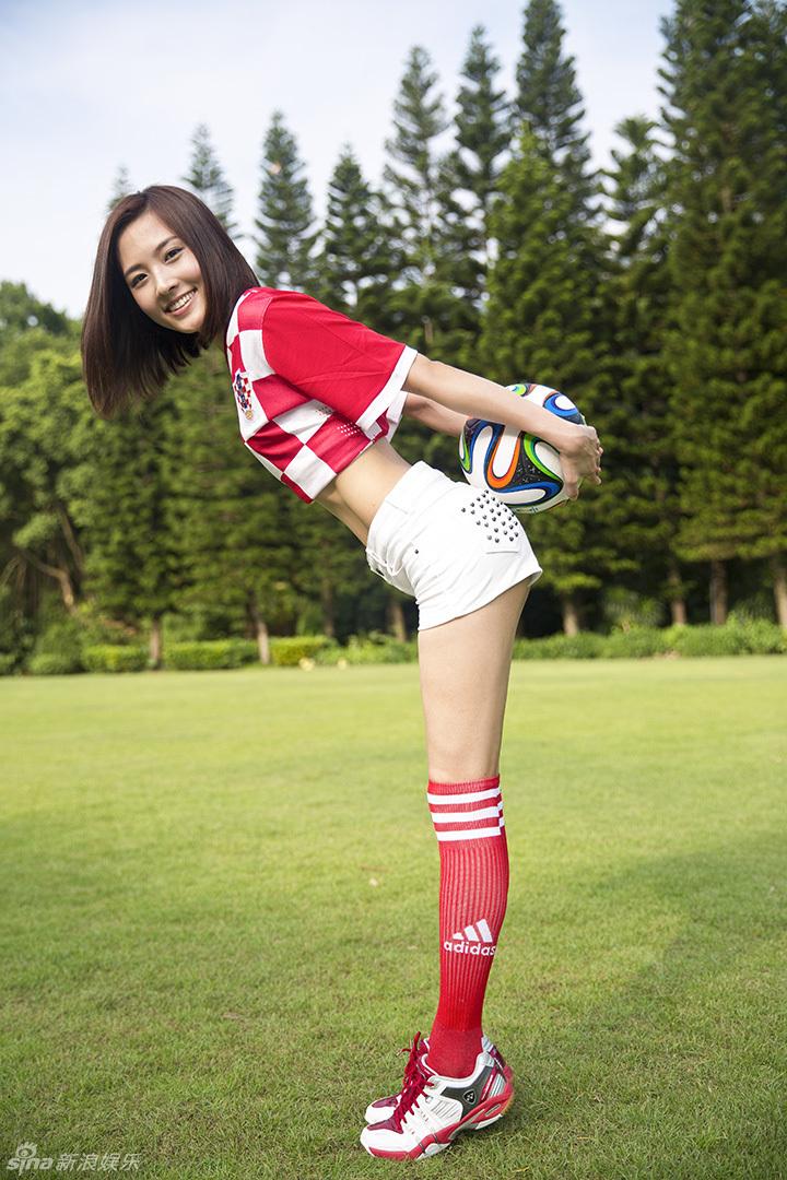 组图:郑罗茜变身性感足球宝贝秀蛮腰长腿