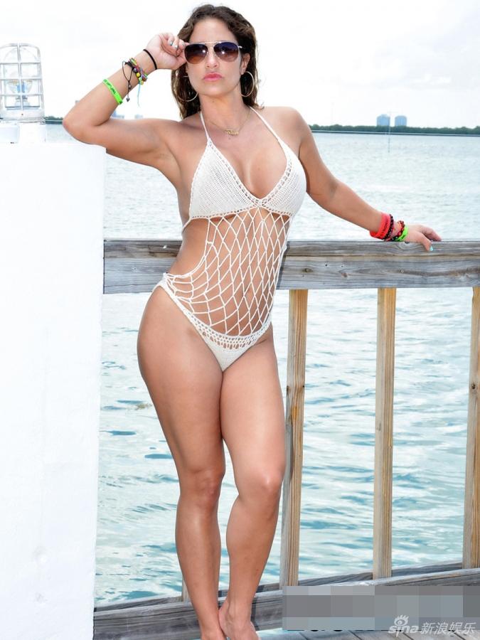 组图:美女教练珍妮佛渔网比基尼秀挺拔双峰