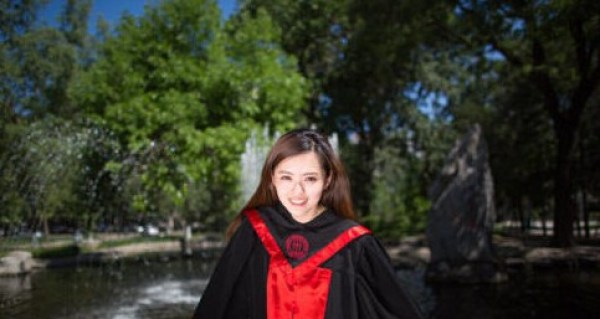 http://ent.qingdaonews.com/images/attachement/jpg/site1/20140705/bc773705bec815217b322d.jpg /enpproperty-->  新人大女神 网易娱乐7月4日报道 近日,人民大学音乐系杨帆的一组毕业照,在网上被大量转发。这个曾在深圳大运会开幕式上拉小提琴的女孩,是去年走红的人大女神康逸琨的师妹。网友纷纷表示,女神后继有人了。  新人大女神 网友:同一人拍摄疑似炒作 记者看到,照片中的女孩