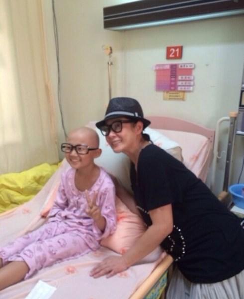 刘若英探望癌症病童