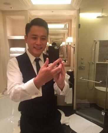 刘烨浴室自拍表情呆萌 网友称其像酒店服务员图片