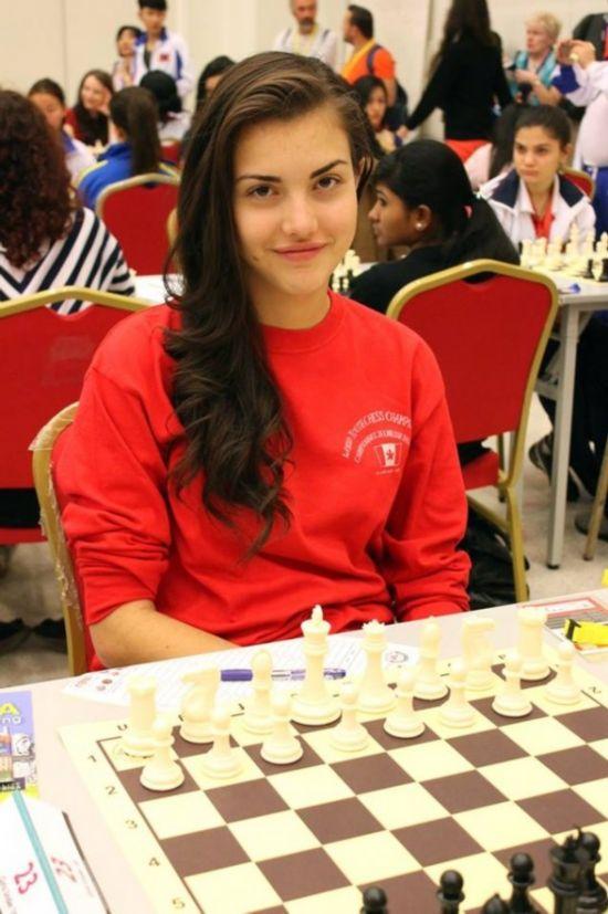 加拿大19岁国象女神爆红 长相甜美6岁学象棋