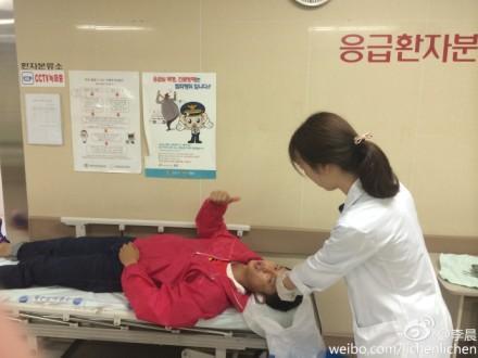 李晨受伤眉骨被缝针治疗