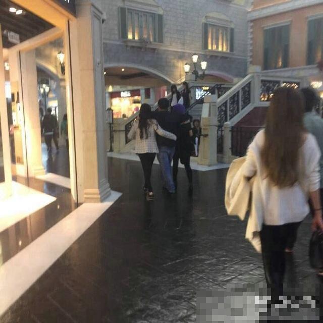 王思聪左拥右抱两美女 勾肩搂腰亲密逛街图