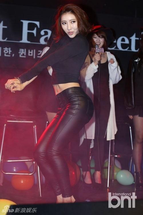韩女团紧身皮裤扭臀 露蛮腰眼神性感组图 竖
