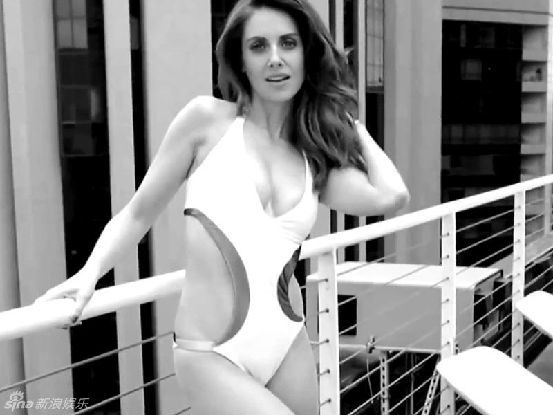 女星爱丽森-布里泳装中开秀高挑惹火身材