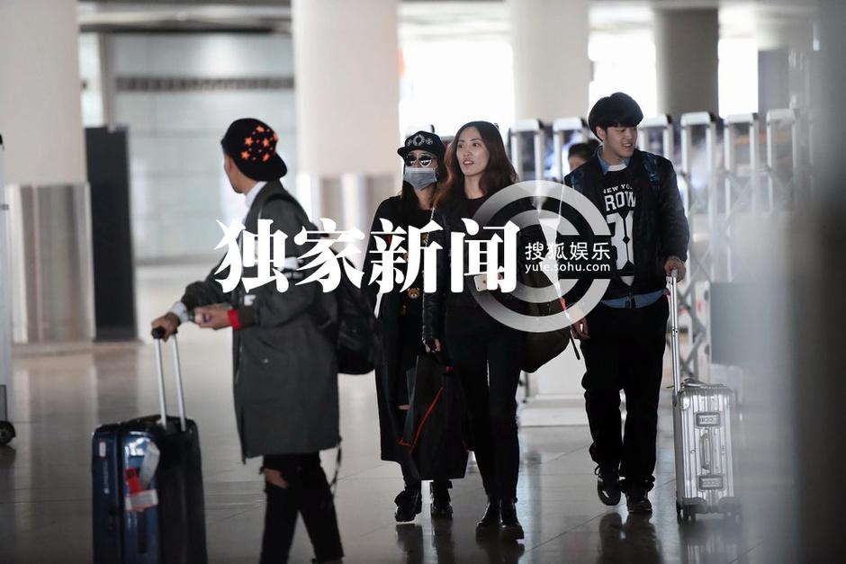 组图:马苏低调回京 神秘中年男子驾豪车接机