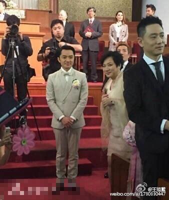 王祖藍婚禮上的媽媽長相一毛一樣