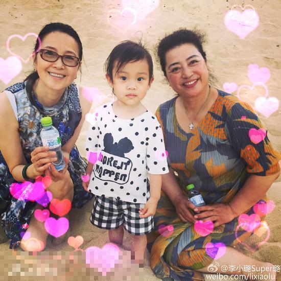 李小璐曬女兒甜馨、婆婆、媽媽的合照
