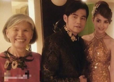 周杰倫與媽媽葉惠美、妻子昆凌合影