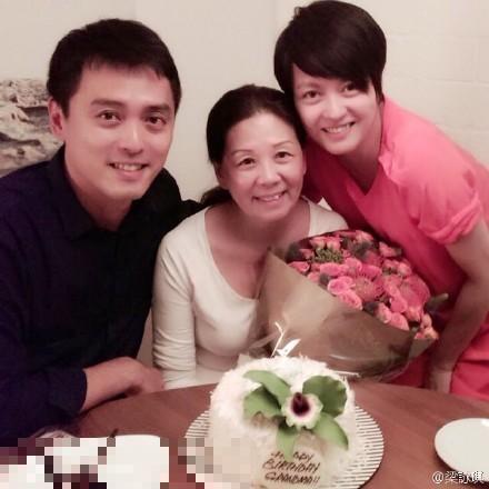 梁詠琪和弟弟為媽媽慶生