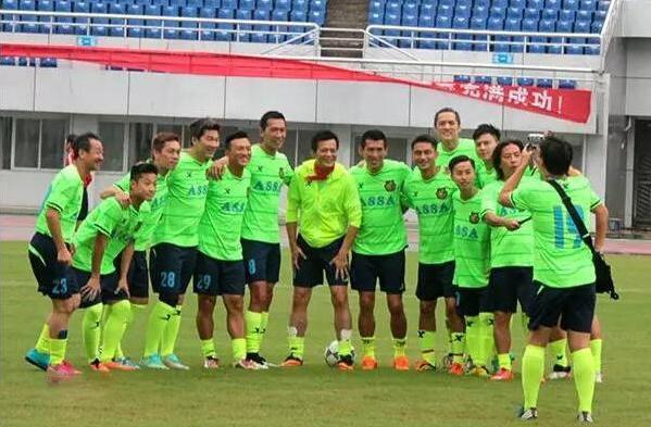 香港明星足球队与东兴队友谊赛发生冲突 大打出手互殴
