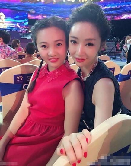 16岁林妙可穿红裙现身 头扎小辫淡妆显成熟