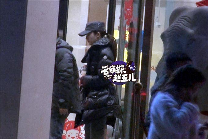 刘亦菲素颜逛超市 买辣酱仔细挑选不知所措