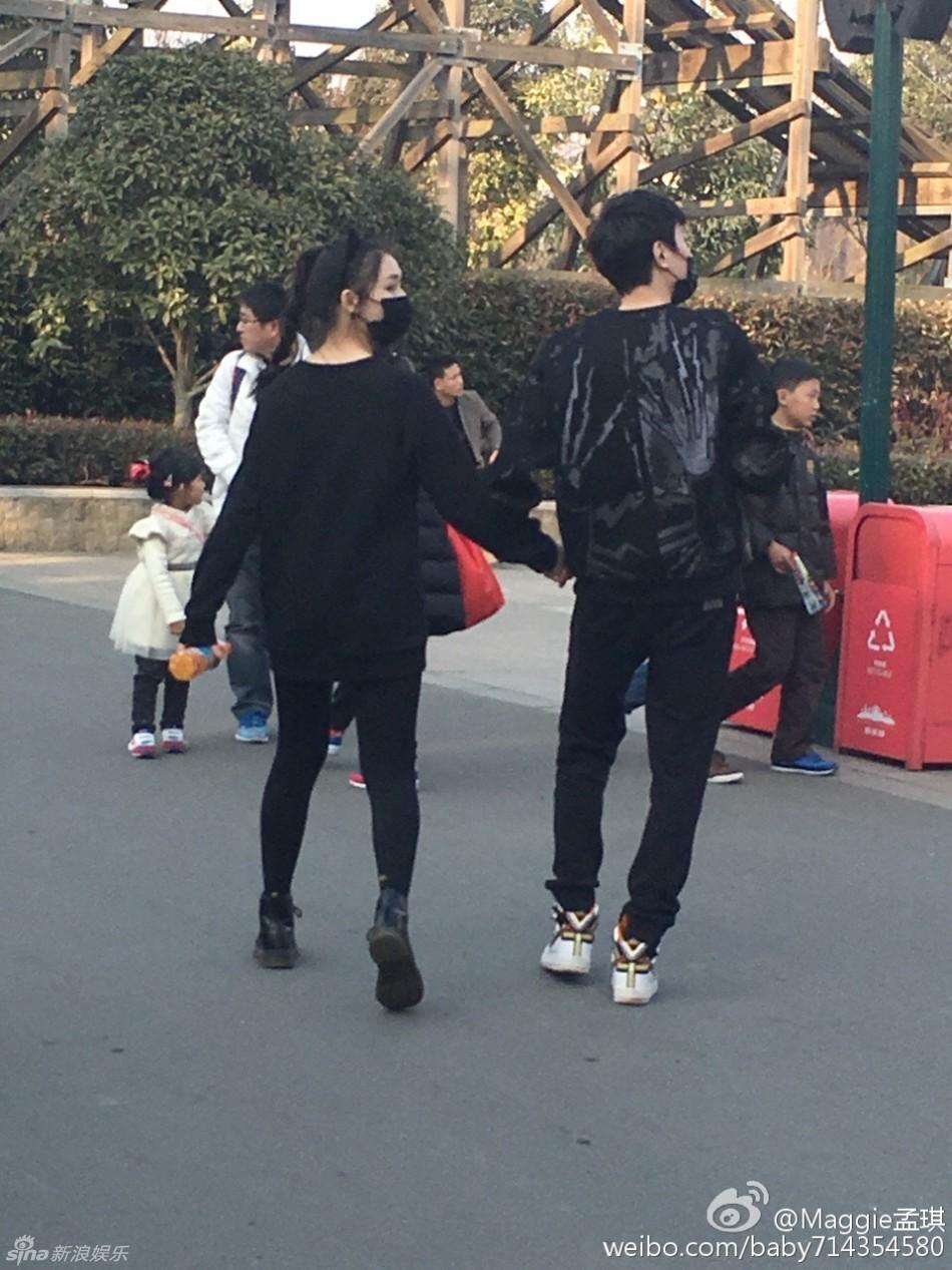 新恋情曝光 疑似冯绍峰和林允牵手出游照(图)图片