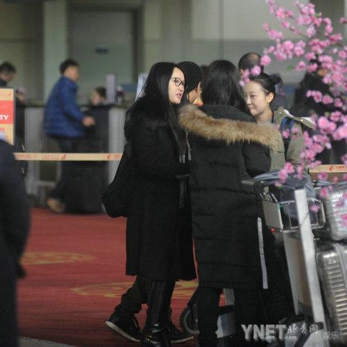杨钰莹素颜现身机场 一身黑装打扮略显老态