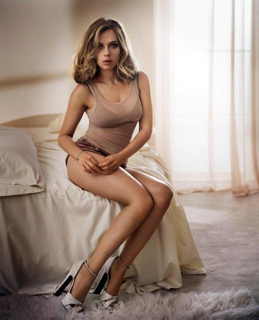 斯嘉丽·约翰逊拍写真床上依偎 性感撩人(组图)
