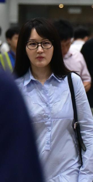 45岁杨钰莹清新素颜似学生妹 香汗湿衣略尴尬