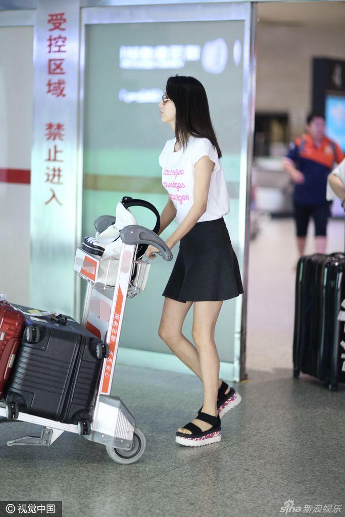 佟丽娅t恤配短裙素颜现身武汉机场