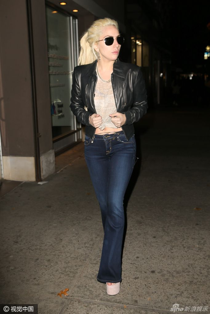 lady gaga身着皮衣,牛仔裤,扎马尾现身街头,变炫腹狂魔.图片
