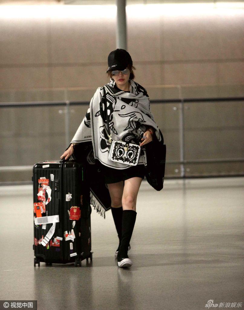 组图:胡歌旧爱薛佳凝独自现身机场 美腿吸睛 - 青岛