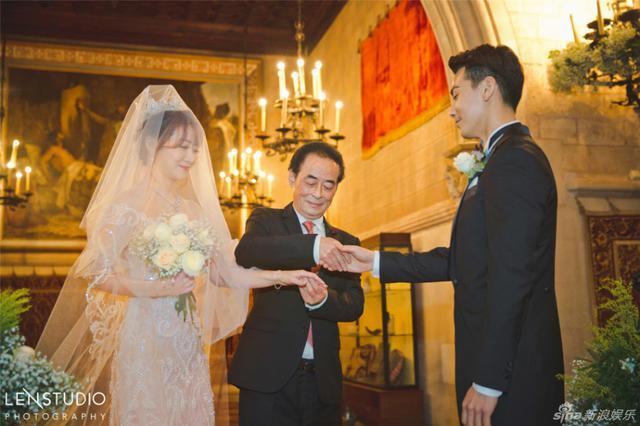 组图:陈紫函戴向宇古堡婚礼 温情热吻激动落泪图片