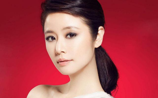 网络上也经常爆出林心如,赵薇的素颜如何如何丑之类的谣言,那么真实的