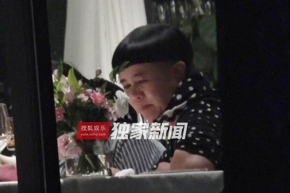 刘纯燕依旧是儿童节目中那个标志性的金龟子短发,发型看起来十分可爱.图片