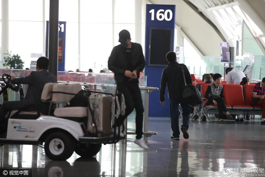 张杰全副武装现身机场 见镜头拔腿就跑(图) - 青岛