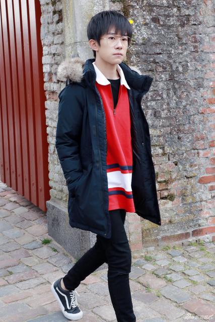 易烊千玺游览丹麦卡隆堡宫 戴眼镜变身小王子 - 青岛