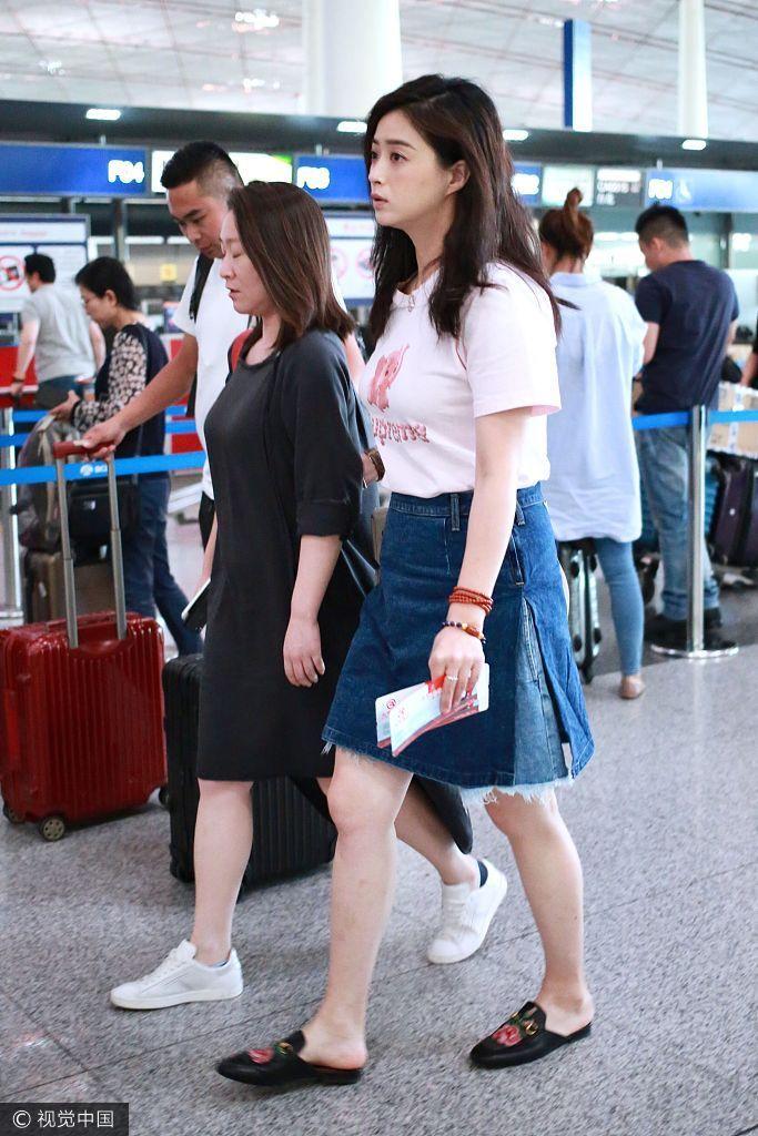 蒋欣现身机场秀美腿 瘦身30斤上围未缩水(图) - 青岛