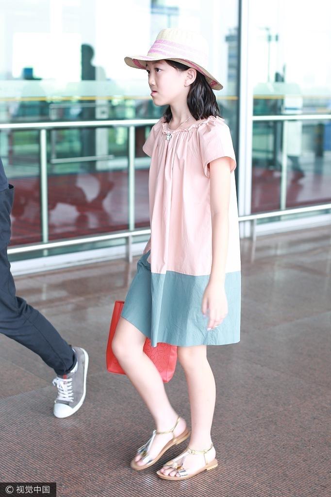 李亚鹏带女儿现身机场 李嫣打扮时尚有气质 - 青岛