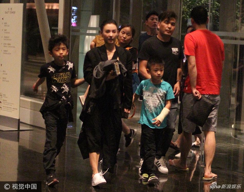 组图:张柏芝携两子外出游玩后回酒店 一路搀手开心热聊