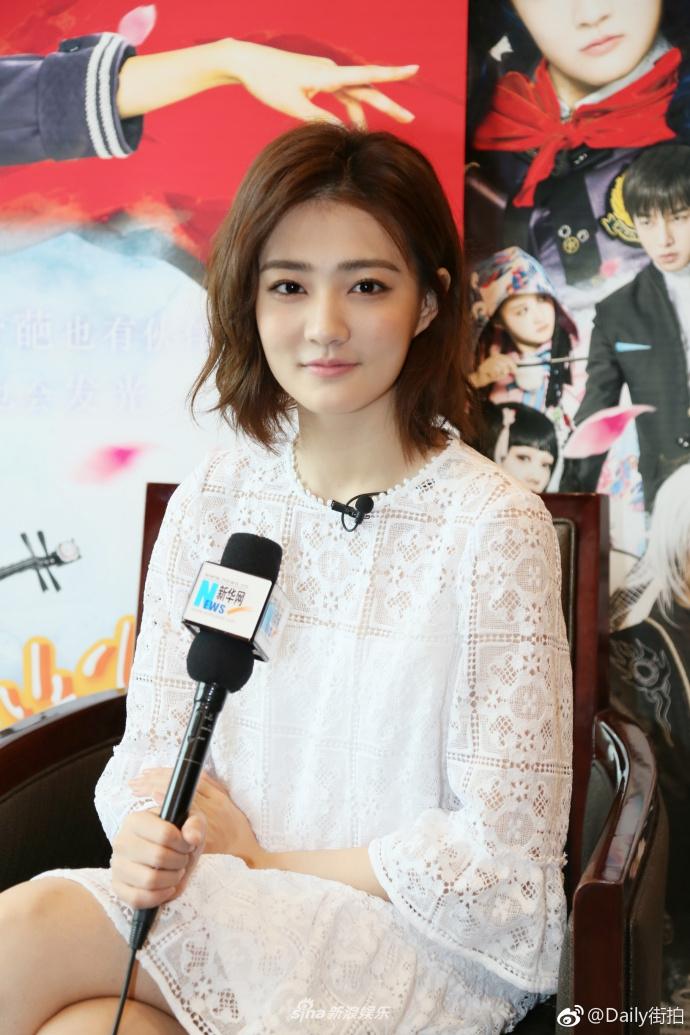 徐璐现身北京出席某活动,一身蓝色短裙先青春活力,在搭配俏皮可爱的