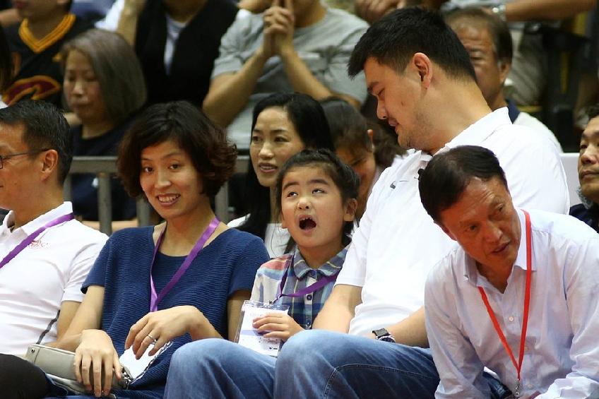 姚明携家人观看比赛 女儿做鬼脸调皮可爱(图)
