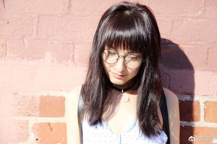 8月2日,吴昕晒出一组长发旧照,配文:你好,我消失多年的长头发,留个影儿吧,过几天就没有了。照片中的她披着一头长长的黑发,可爱的齐刘海配圆框眼镜少女感十足,与帅气妩媚的短发造型相比,长发的吴昕显得青涩可爱。